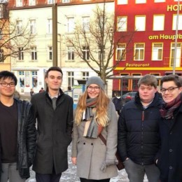 Gruppenfoto Jusos Schwerin bei Demonstration aus dem Marianne-Grunthal-Platz