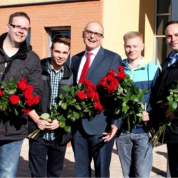 Rosenverteilaktion zum Frauentag mit Erwin Sellering